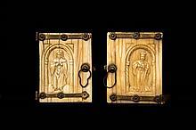 Paire de portes d'un petit retable en ivoire sculpté en bas relief avec pentures en fer doré fixées par des rosettes