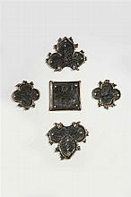 Ensemble de cinq éléments d'une croix processionnelle en argent fondu, ciselé et en partie doré se composant de deux quadrilobes fig..
