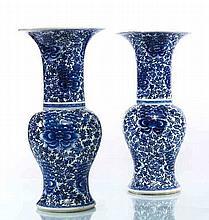 Chine Paire de vases balustre à décor en bleu sous couverte de fleurs et rinceaux feuillagés