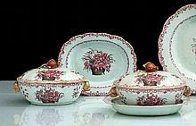 Chine Paire de petites terrines ovales couvertes et leur plateau ovale à décor en rose et noir de corbeilles de fleurs et branches fleu