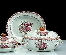 Chine Grande terrine ovale couverte et son plateau ovale à décor en rose et noir de corbeilles de fleurs et branches fleuries, rinceaux