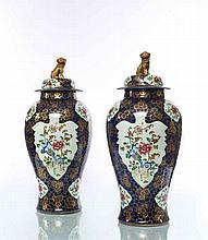 Samson Paire de grands vases balustre couverts dans le style chinois à décor polychrome des émaux de la famille rose de rochers percés