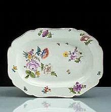 Meissen Plat rectangulaire à bord contourné à motifs de vannerie en relief, décor polychrome de bouquets de fleurs et tiges fleuries, f