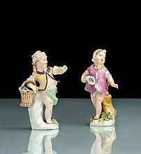 Meissen Deux statuettes représentant des amours déguisés, l'un en jeune garçon portant un panier rempli de grappes de raisin, l'autr.