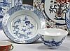 CHINE et Vietnam, Hue Époque QIANLONG (1736-1795) et XIXe siècle Ensemble comprenant : - Petite assiette creuse en porcelaine décoré...