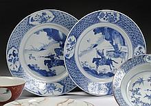 CHINE Époque KANGXI (1662-1722) Ensemble comprenant : - Assiette en porcelaine décorée en bleu et rouge sur couverte de vase fleuri ...