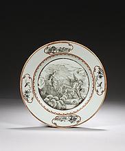 CHINE Époque QIANLONG (1736-1795) Assiette en porcelaine décorée en grisaille et émail or d'Apollon dans un char tiré par deux cheva..