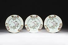 CHINE Époque QIANLONG (1736-1795) Trois assiettes en porcelaine décorée en émaux polychromes de la famille rose d'un couple d'oiseau.