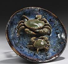 CHINE, fours de Shiwan Époque XIXe siècle Coupe en grès émaillé bleu flammé à décor en relief de deux crabes s'affrontant. Diamètre ..