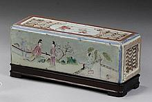 CHINE - Époque XVIIIe siècle Brique à herbes odorantes de forme rectangulaire en porcelaine décorée en émaux polychromes de la famil...
