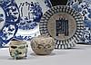 CHINE Époque MING (1368-1644) Ensemble comprenant : - Petite jarre en porcelaine décorée en bleu sous couverte de fleurs de lotus st...