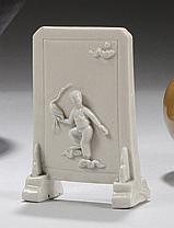 CHINE Époque KANGXI (1662-1722) Petit écran en porcelaine émaillée blanc de Chine à décor appliqué d'un enfant jouant avec une grue...