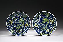 CHINE Époque QIANLONG (1736-1795) Paire de coupes en porcelaine émaillée bleu et jaune à décor au centre d'un dragon pourchassant la..