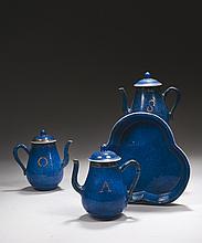 CHINE Époque KANGXI (1662-1722) Trois verseuses et leur présentoir polylobé en porcelaine émaillée bleu poudré et émail à décor sur ...