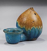 CHINE Époque MING (1368-1644) Lave-pinceaux en forme de pêche en grès émaillé turquoise et jaune. Longueur : 11 cm Éclats Provenance...