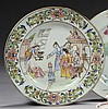 CHINE Époque QIANLONG (1736-1795) Assiette en porcelaine décorée en émaux polychromes de la famille rose de Bethsabée assise à gauch...