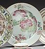 CHINE Époque YONGZHENG (1723-1735) Assiette en porcelaine décorée en émaux polychromes de la famille rose d'un couple de carpes nage..