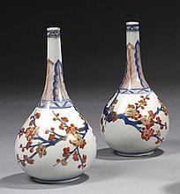 CHINE Époque KANGXI (1662-1722) Paire de bouteilles en porcelaine décorée en bleu sous couverte, rouge de fer et émail or dit