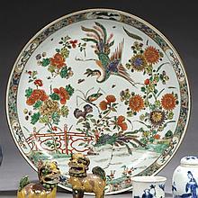 CHINE Époque KANGXI (1662-1722) Grande coupe en porcelaine décorée en émaux polychromes de la famille verte d'un couple de paons sur..