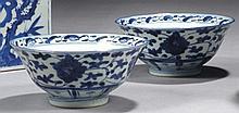 CHINE - XVIIIe siècle Paire de bols en porcelaine décorée en bleu sous couverte de pivoines dans leur feuillage. Diamètre : 14,5 cm ...