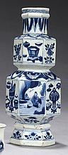 CHINE Époque KANGXI (1662-1722) Vase de forme balustre et hexagonale à double renflement en porcelaine décorée en bleu sous couverte...