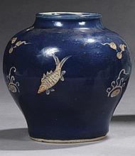 CHINE Époque MING (1368-1644) Petite jarre balustre en porcelaine émaillée bleu à décor en réserve et en léger relief de carpes nage...