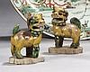 CHINE Époque KANGXI (1662-1722) Paire de chimères posées sur une terrasse en porcelaine émaillée vert, jaune et manganèse sur le bis...