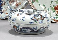 CHINE - XIXe siècle Boîte de forme lenticulaire en porcelaine décorée en bleu sous couverte et émaux polychromes dit