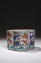 CHINE Époque WANLI (1573-1620) Pot à grillons de forme polylobée en porcelaine décorée en bleu sous couverte et émaux polychromes di...