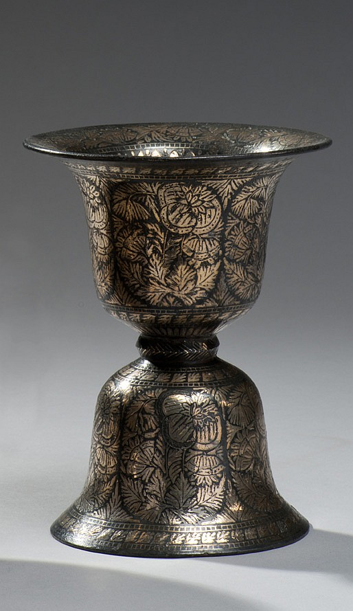 Crachoir à la base en forme de dôme supportant une coupe évasée à décor de fleurs de pavot et de tiges de lotus