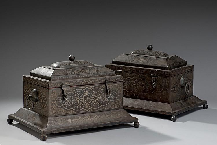 Paire de coffrets rectangulaires sur base à pans obliques reposant sur quatre pieds ; munis de deux anses en anneaux et de deux ferm...