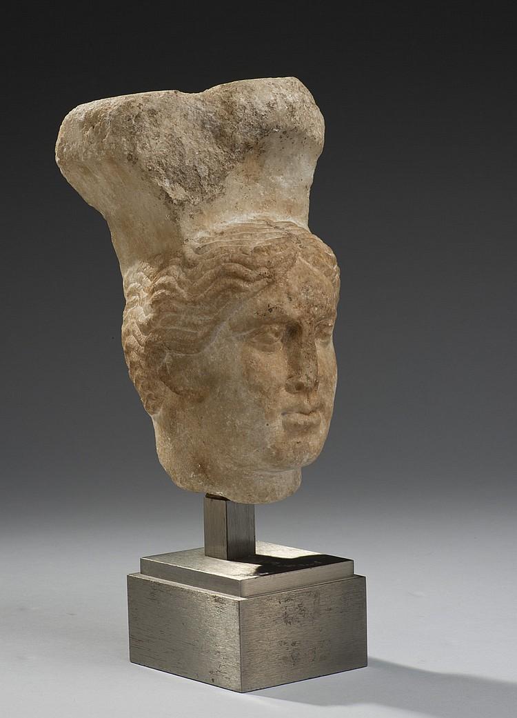 Sommet de pilastre sculpté d'une tête féminine, les cheveux ondulés
