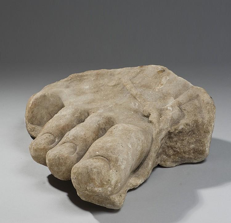 Pied de Sérapis Pied droit monumental chaussé
