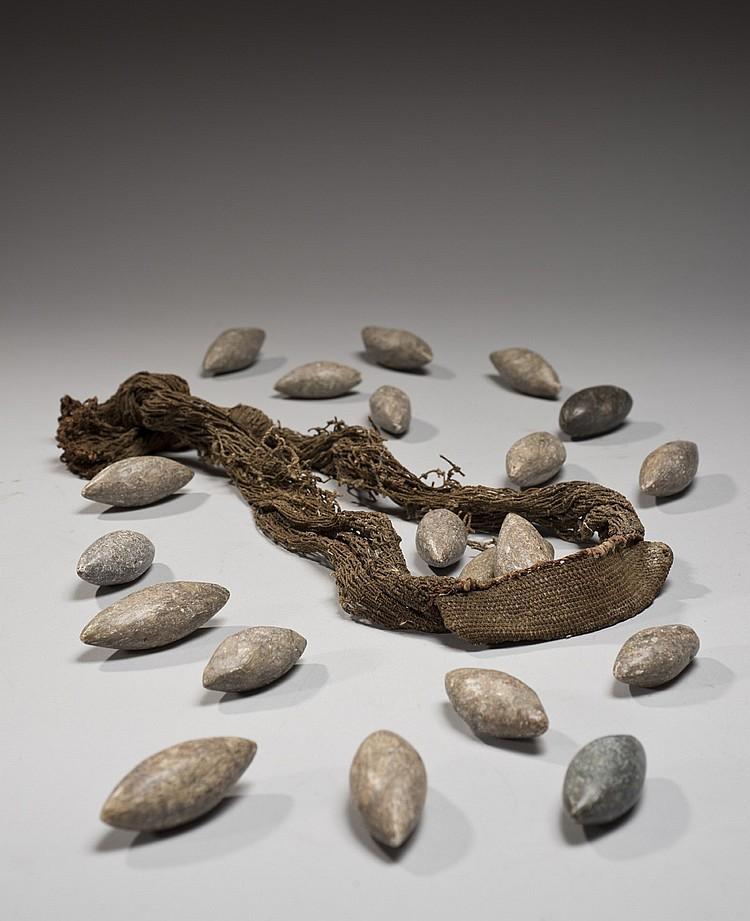 Kanak, Nouvelle-Calédonie Ancienne fronde et un ensemble de vingt pierres polies