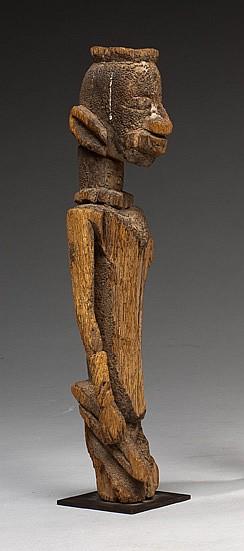 Dogon, Mali Ancienne statuette féminine agenouillée à patine crouteuse