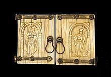 Paire de portes d'un petit retable en ivoire sculpté en bas-relief avec pentures en fer doré fixées par des rosettes