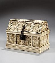 Coffret avec couvercle à pentes en placage d'os gravé sur âme en bois
