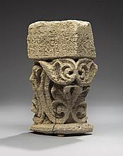Fragment de chapiteau d'applique en pierre calcaire sculptée