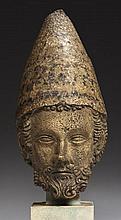 Tête de pape (saint Pierre?) en pierre calcaire sculptée avec traces de polychromie
