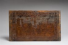 Panneau en cèdre sculpté en réserve avec rehauts d'encre représentant la Crucifixion, face interne d'un dessus de coffre. Nombreux p.