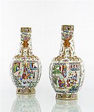 Chine (Canton) Paire de vases balustre à décor polychrome des émaux de la famille rose de scènes de palais animés dans des réserves ...