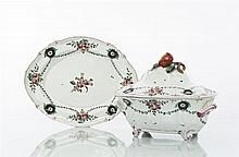 Faenza Terrine ovale couverte et son plateau ovale à décor polychrome de bouquets de fleurs, guirlandes de feuillage et cartouches à...