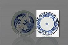 Japon Coupe à décor en bleu sous couverte d'une fleur en rosace au centre et sur l'aile de rinceaux fleuris et vagues écumantes, file