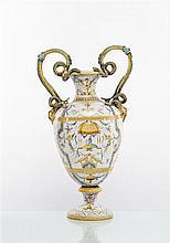 Florence ou Castelli Grand vase balustre à deux anses en forme de serpents et mufle de lion, décor polychrome dans le style a raffaelle