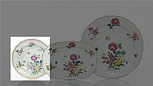 Chine Plat rond à bord contourné à décor polychrome des émaux de la famille rose de bouquets de roses et tulipe et semis de fleurett...