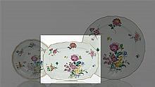 Chine Plat rectangulaire à bord contourné à décor polychrome des émaux de la famille rose de bouquets de roses et tulipe et semis de...