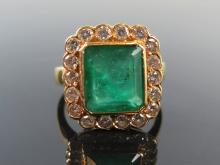 An Emerald and Diamond Dress Ring in 18ct gold setting, size M, 7.8g _ emer