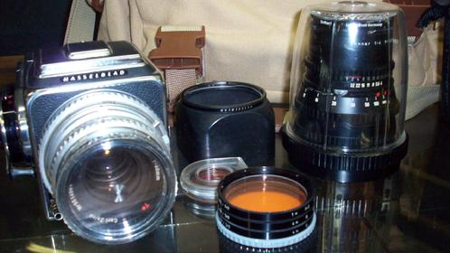 Lot 85: HASSELBLAD 500 C/M MEDIUM FORMAT CAMERA W/ HASSELBLAD 150MM LENS, LIGHT FILTERS, & BAG