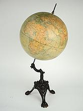 Globe terrestre 1900 sur un socle tripode en métal à décor de muffles et de pattes de lions.