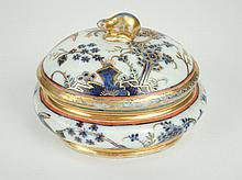 Boîte couverte XVIIIe en porcelaine de Saxe à décor polychrome d'oiseaux et de fleurs rehaussé d'or. 9 x 12 x 10 cm (petite égrenure)